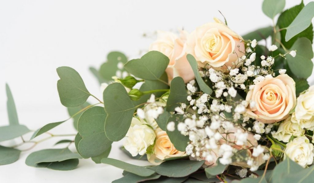 bouquet with blush roses with white little flowers